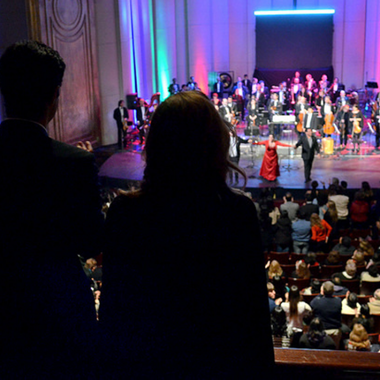 El gobernador Juan Manuel Urtubey, acompañado por Isabel Macedo, participó anoche en la celebración por los 50 años de Canal 11 de Salta