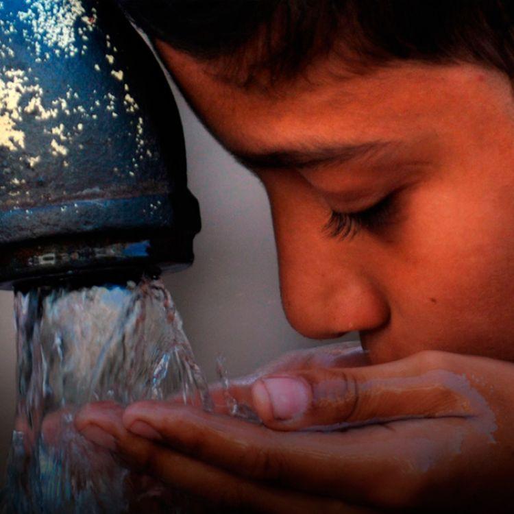 Es un proceso que, en relación a otros, cuesta muy poco: se calculan unos 6 pesos cada mil litros de agua potable.