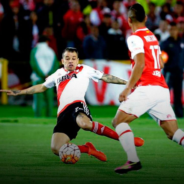Andrés D'Alessandro luchando una pelota