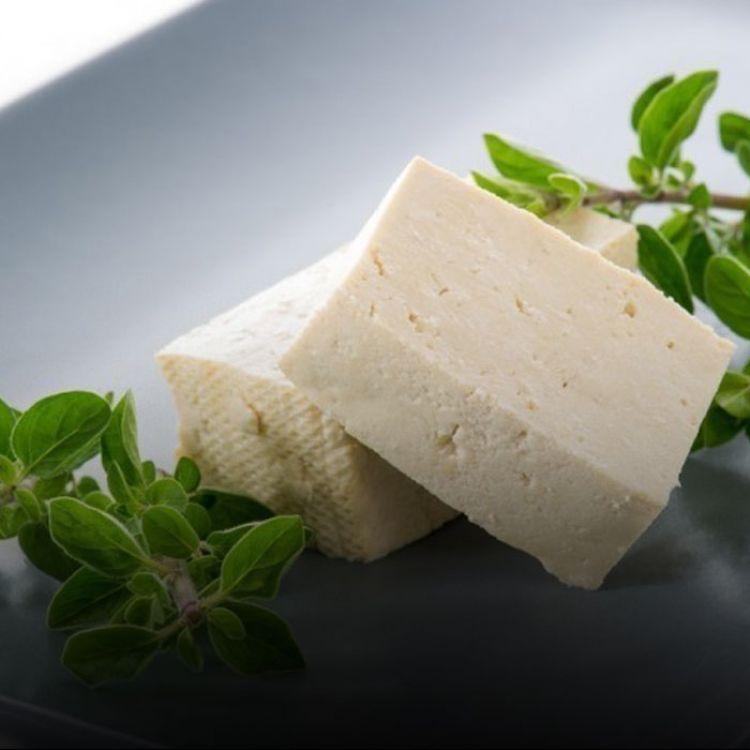 Puedes aprendercómo hacer un queso vegano de almendras, o unqueso con patatas, o bien hacer una versión con arroz que además te aportará ene