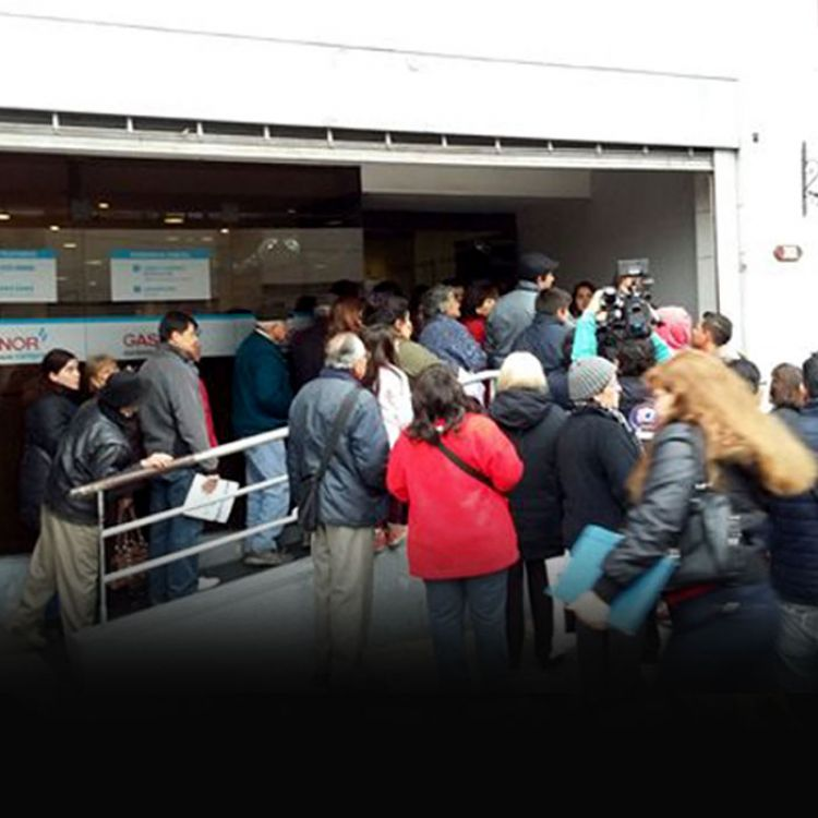 La gente manifestándose en las oficinas de Gasnor.