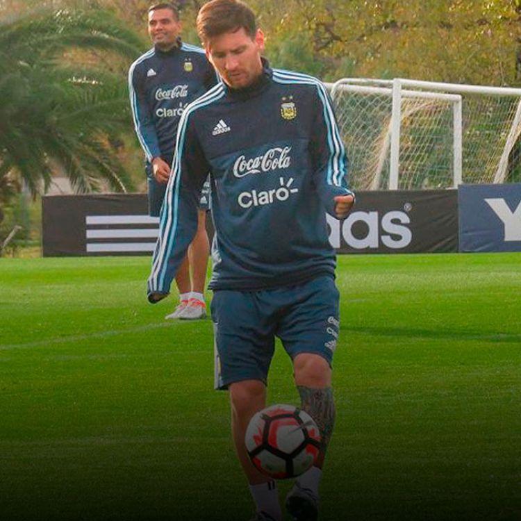 Leo se movió con mucha tranquilidad y su presenciaen el duelo del jueves ante Uruguay es una incógnita.