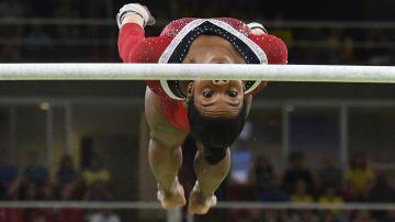 La norteamericana Gabrielle Douglas en plena competencia en barras asimétricas (AFP)