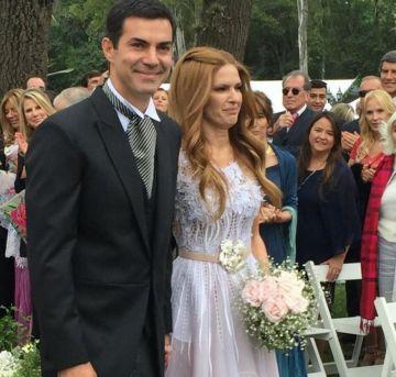 La pareja sonriendo a la cámara.