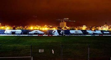 El estadio, de noche.