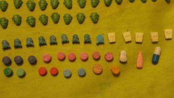 Las pastillas de todos colores y logos en la casa de uno de los detenidos.