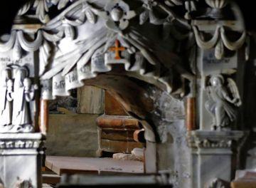 El revestimiento de mármol de la tumba fue retirado