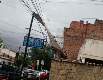 Un techo se voló en la calle Tucumán.