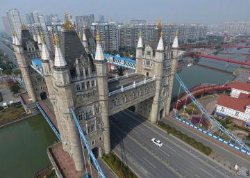 El clon chino del Tower Bridge de Londres. Se pueen observar sus cuatro torres