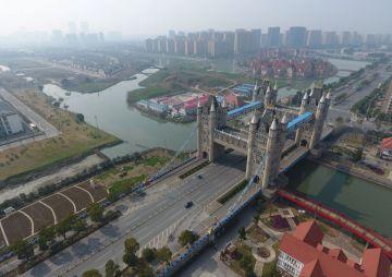 Vista aérea de la réplica China del Tower Bridge