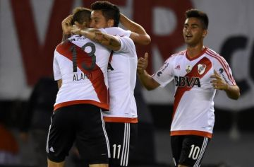 Alario festeja el primer gol de Driussi. El Pity Martinez se suma al festejo