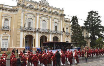 Vista del Palco oficial y los Infernales en el acto Aniversario de la Fundación de Salta