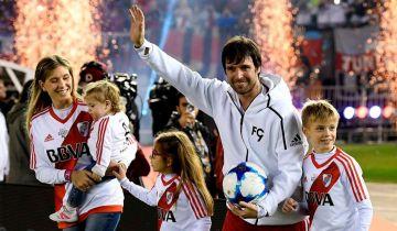 Fernando Cavenagui con su familia saludando a la tribuna