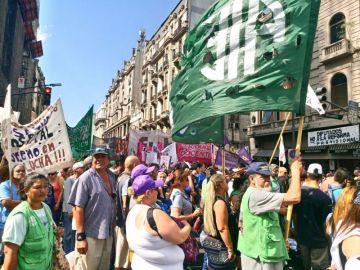 Legadas las 18 comenzó la movilización hacia Plaza de Mayo dónde, los principales referentes de los