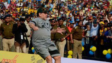 """Maradona demostrando sus habilidades y haciéndo referencia a su frase: """"La pelota no se mancha"""""""
