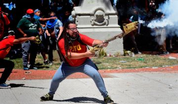 Manifestantes, entre ellos, pre candidatos a diputados de izquierda, usaron armas tumberas.