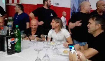 Sampaoli y Beccasecce sonriendo con el público alrededor.