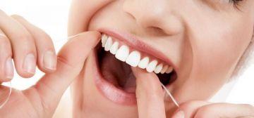 Pasar el hilo dental y cepillar los dientes